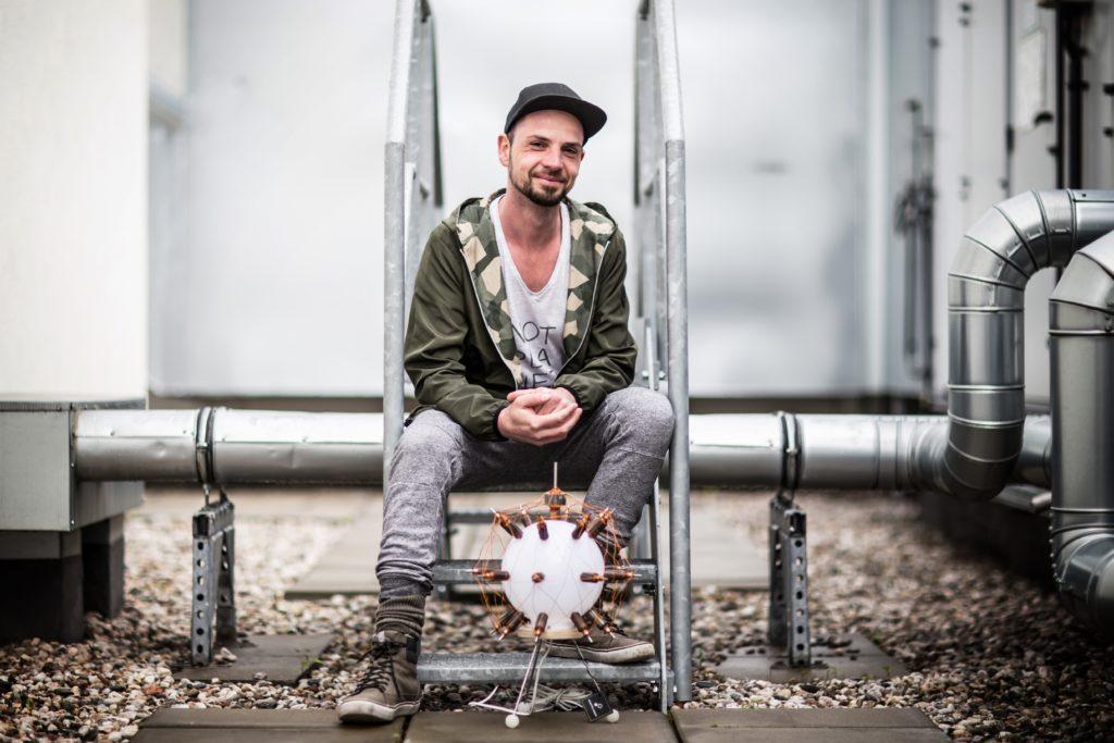 Pappenheimer Marcel mit einer Lampe