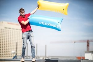 Jens Thiel hält zwei Fluxbags in die Höhe